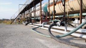 大银色气体储水池、石油水库和汽油箱,加油站 股票 气体管子和套的天线cisternes 库存图片