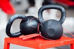 大铸铁十六磅在健身房的重量哑铃 库存图片