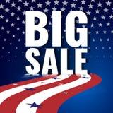 大销售额 与挥动的镶边旗子和满天星斗的样式的抽象美国背景 库存照片