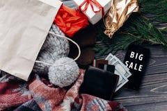 大销售额 在手机的特别圣诞节提议折扣文本 库存图片