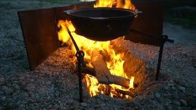 大锅射击在壁炉的 影视素材