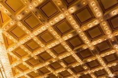 大门罩在剧院艺术装饰减速火箭的天花板点燃 免版税图库摄影