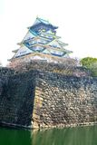 大阪城堡塔和石头护城河 库存图片