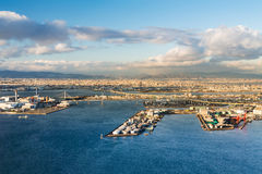 大阪市和海口鸟瞰图地平线背景 免版税库存照片