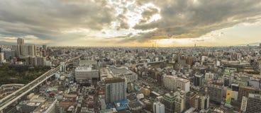 大阪日本- november6,2018:大阪从Shinsekai,通天阁塔的市地平线全景视图  免版税库存照片