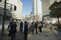 大阪日本- november11,2018:等待不明身份的人民 库存图片