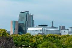 大阪,日本在城堡和商业区的市地平线的 图库摄影