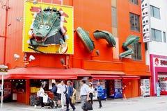大阪,日本,街道5月2018年,人巨大的龙橙色墙壁Dotonbori 免版税库存图片