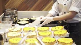 大阪,日本:在柜台后的帕布鲁乳酪蛋糕 做大阪著名乳酪蛋糕的厨师 股票录像