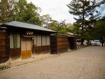 大阪,日本- 2017年有近一个木房子的7月02日Graved路市的dowtown大阪 免版税库存图片