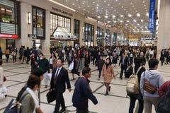 大阪,日本- 2016年11月22日:乘客赶紧在Hankyu梅田驻地在大阪,日本 阪急梅田驻地在1910年打开了 免版税库存图片