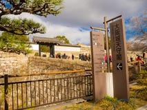 大阪,日本- 2017年7月02日:人人群美丽的老历史寺庙输入在大阪 库存图片