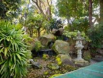 大阪,日本- 2017年7月02日:位于寺庙的美丽的庭院近大阪 免版税库存图片