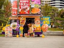 大阪,日本- 2017年7月02日:吃在食物的未认出的人民在大阪交换快餐 库存照片