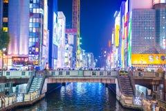 大阪,日本- 2017年11月13日:商业大厦和colorf 免版税库存照片