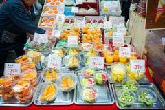 大阪,日本- 2017年11月19日:在塑料盒的Verious果子 图库摄影