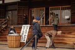 大阪,日本- 2018年1月29日:日本人采取鞋子在输入前对寺庙在大阪 库存照片