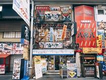 大阪,日本- 2017年4月15日:日本商店五颜六色的标志显示餐馆装饰 库存照片