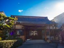 大阪,日本- 2017年7月02日:有一个小庭院的美丽的ancent房子有近晴朗的蓝天的植物的大阪 免版税库存照片