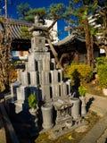 大阪,日本- 2017年7月02日:有近扔石头的金字塔结构的美丽的庭院在寺庙的晴朗的蓝天  免版税图库摄影