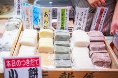 大阪,日本- 2017年11月19日:甜点心在Kuro的待售 图库摄影