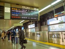 大阪,日本- 2017年11月27日:走在Hankyu梅田驻地的未认出的人民在日本的大阪 图库摄影