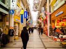 大阪,日本- 2017年7月18日:进来在大阪购物和参观海鲜价格市场上的未认出的人民  免版税库存照片