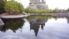 大阪,日本- 2015年3月:亦称Hogwarts城堡在游乐园湖反射在环球电影制片厂日本USJ 影视素材