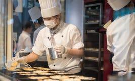 大阪,日本- 7月:准备pastr的一位未认出的妇女厨师 免版税库存照片