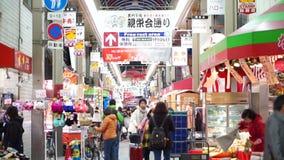 大阪,日本- 2015年3月:- Kuromon鱼市在大阪,日本 走在市场上的游人 股票录像