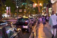 大阪,日本- 2015年11月7日夜班黑色在队列在市中心shinsaibashi,大阪,日本的出租汽车联盟 库存照片