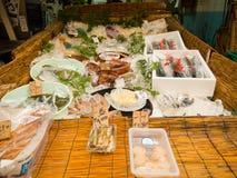 大阪,日本- 2017年7月18日:在塑料盒里面的海鲜,在一个市场上在Kuromon Ichiba市场上在大阪,日本 库存图片