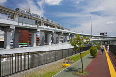 大阪,日本- 2015年8月10日:在相互的大阪附近的大阪单轨铁路车 图库摄影