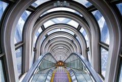 大阪,日本- 2014年4月29日:壮观的自动扶梯的看法在梅田天空大厦的,在大阪贵田区  免版税库存图片