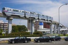 大阪,日本- 2015年8月10日:大阪单轨铁路车和出租汽车在Os附近 免版税库存图片
