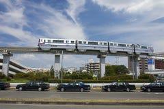 大阪,日本- 2015年8月10日:大阪单轨铁路车和出租汽车在Os附近 库存图片