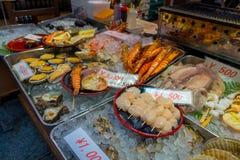 大阪,日本- 2017年7月18日:海鲜在一个市场上在Kuromon Ichiba市场上在大阪,日本 它是市场 库存图片