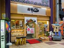 大阪,日本- 2017年7月18日:海鲜餐馆在一个市场上在Kuromon Ichiba市场上在大阪,日本 它是市场 免版税库存图片