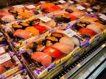大阪,日本- 2017年7月18日:海鲜,在一个塑料盒里面的寿司卷在一个市场上在Kuromon Ichiba市场上 免版税库存图片