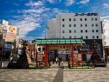 大阪,日本- 2017年7月02日:等待绿灯近市的dowtown的未认出的人民大阪 库存照片
