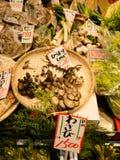 大阪,日本- 2017年7月18日:菜和黑真菌在一个市场上在Kuromon Ichiba市场上在大阪,日本 它是 免版税库存图片