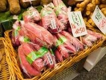 大阪,日本- 2017年7月18日:菜在一个市场上在Kuromon Ichiba市场上在大阪,日本 它是市场 免版税库存图片