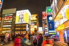 大阪,日本- 2016年11月19日:走到shopp的人民的小组 免版税库存照片