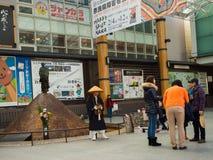 大阪,日本- 2017年7月02日:走近市的dowtown的未认出的人民大阪 库存图片
