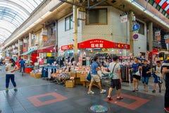 大阪,日本- 2017年7月18日:进来在大阪购物和参观海鲜价格市场上的未认出的人民  免版税库存图片
