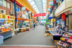 大阪,日本- 2017年7月18日:进来在大阪购物和参观海鲜价格市场上的未认出的人民  免版税图库摄影