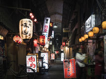 大阪,日本- 2017年4月19日:餐馆酒吧街道商店标志 免版税图库摄影