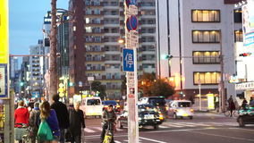 大阪,日本- 2015年3月-走在沿街道的晚上的人们在大阪 股票录像
