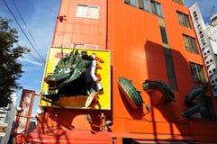 大阪,日本- 10月23 :在著名Dotonbor的疯狂的龙广告牌 库存照片