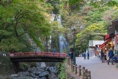 大阪,日本- 11月5 :美纳跌倒美济礁没有mori美纳类似全国公园(美纳瀑布) Minoo公园小河 免版税库存照片